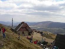 """CHATKA """"Puchatka"""" PTTK NA POŁONINIE WETLIŃSKIEJ (1228 m n.p.m.) - źródło Wikipedia"""